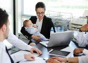 Мама ИП сидит на работе с ребенком