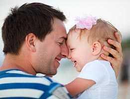 Отец с дочкой на руках