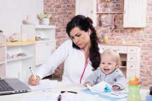 Мама дома с ребенком у ноутбука