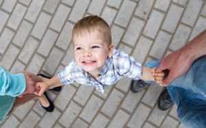 Ребенок с родителями гуляет